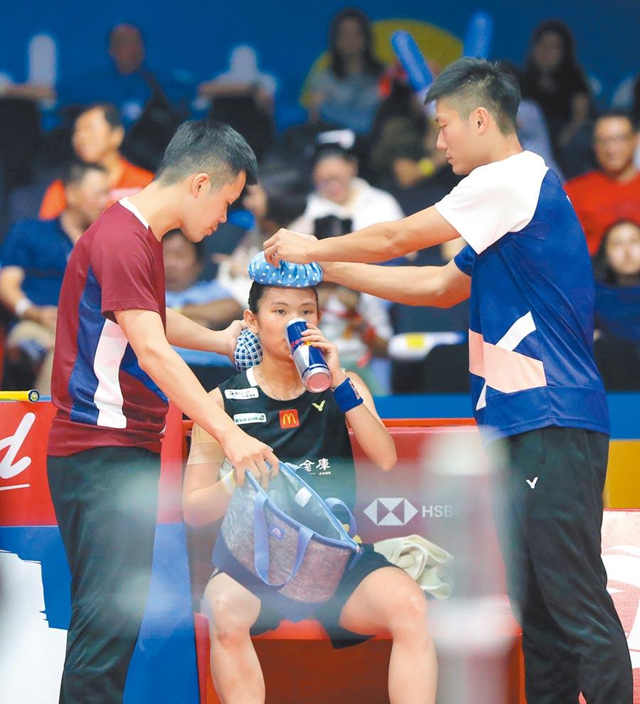 戴資穎(中)因過敏影響,跑到喘不過氣,換局時總教練賴建誠(左)過來關切她的身體狀況。(badminton photo提供)