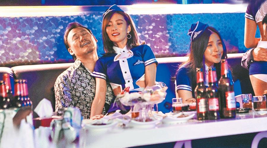 在《野雀之詩》中,李亦捷(右)扮演酒店妹。