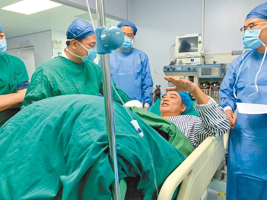任達華(右二)昨遭桶後,進手術房,意識一直是清醒的。(資料照片)
