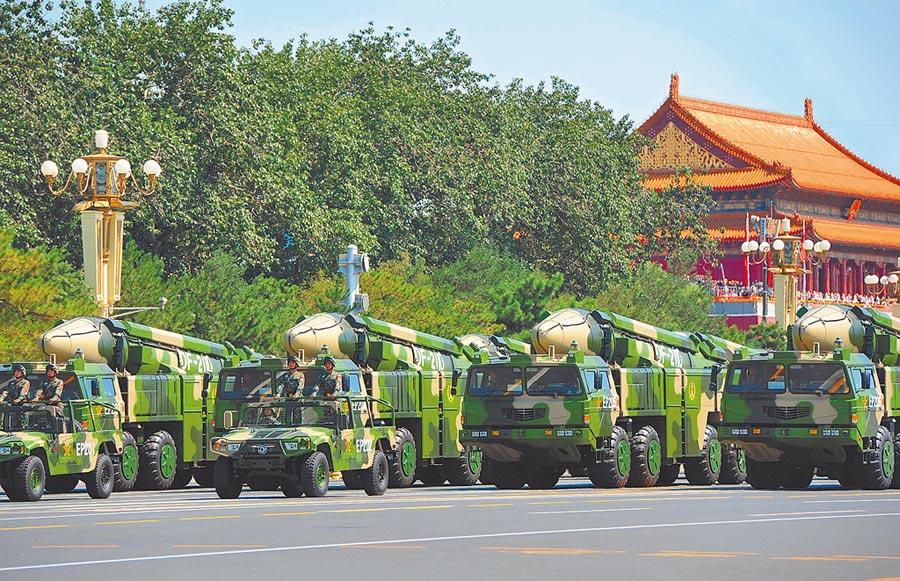 解放軍東風-21D彈道飛彈發射車。(新華社資料照片)