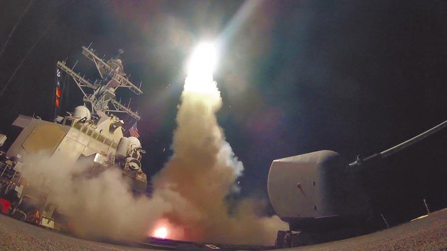 2017年4月7日,美國海軍艦船在地中海發射一枚戰斧飛彈。(新華社)