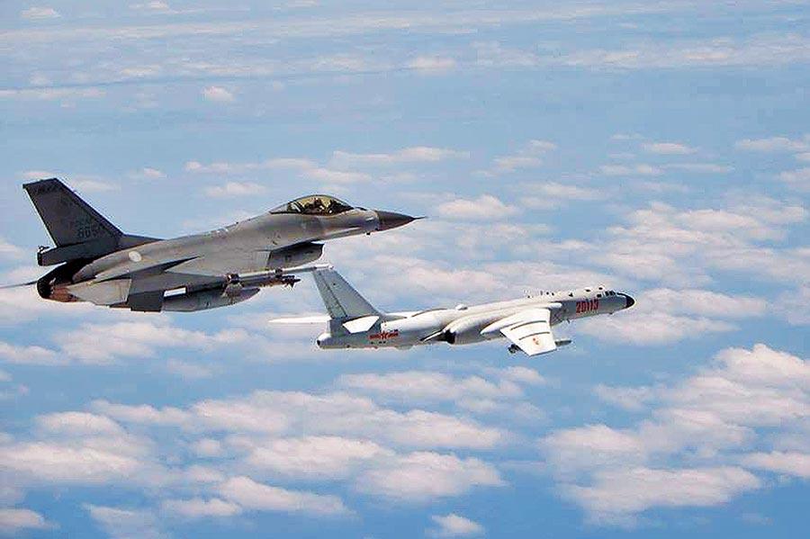 2018年5月11日,共機繞台,空軍司令部公布F-16戰機(左)升空監控共機轟6K(右)畫面。(空軍司令部提供)