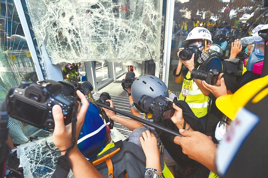 7月1日,香港反逃犯條例示威者衝擊立法會示威區,玻璃碎落一地。(中新社)