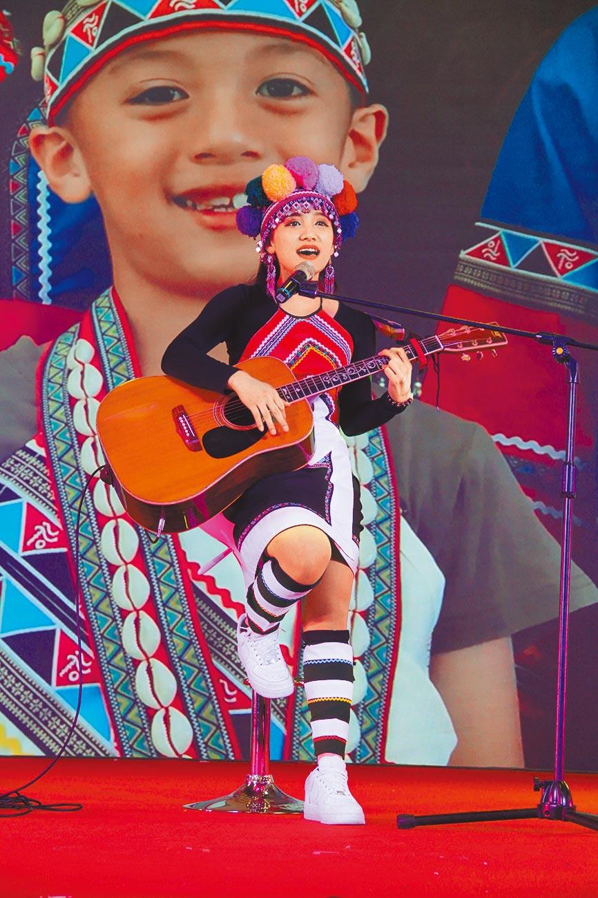 台灣阿里山「優遊吧斯」戴亞琪演唱。(記者李鋅銅攝)