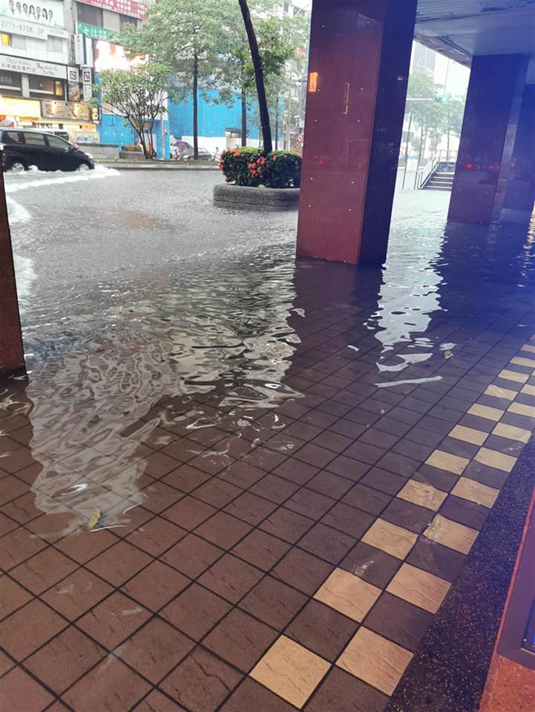 台北市忠孝東路淹水。(翻攝自臉書)