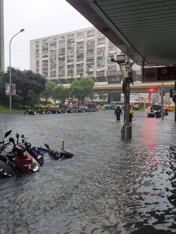 台北市信義路、松江路和長安東路都淹水。(讀者提供)
