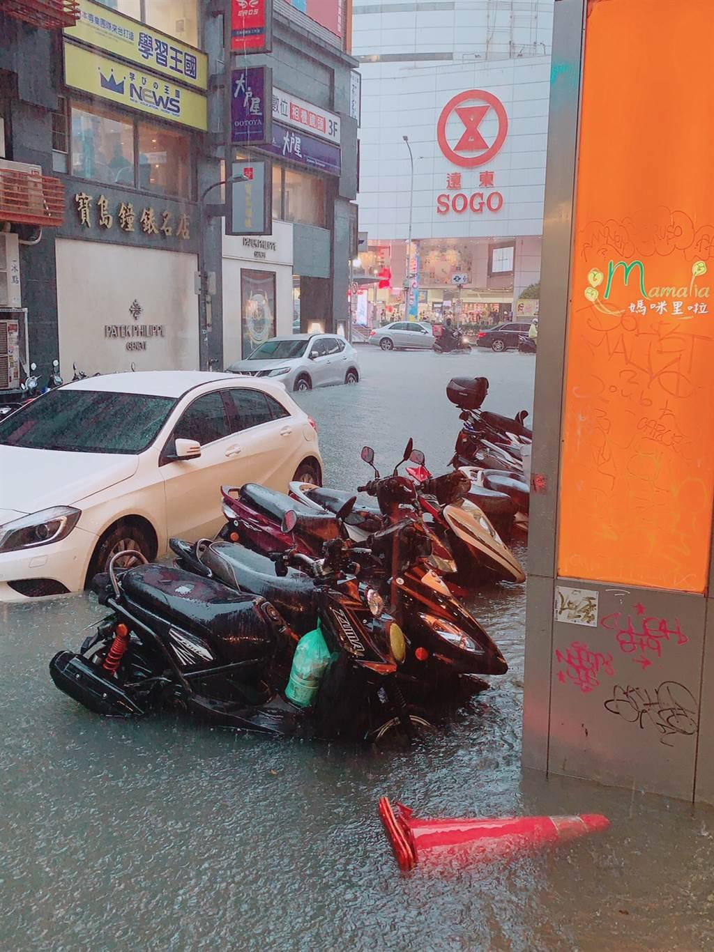 北市忠孝東路sogo百貨外街道淹水。(讀者提供)