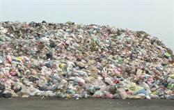 4樓高2萬噸垃圾臭翻天 居民封路抗爭