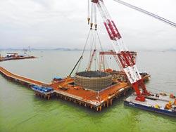 深中通道伶仃洋大橋 首個鋼吊箱成功下放