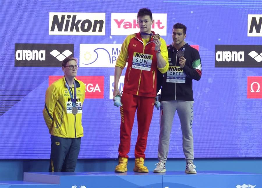 澳洲泳將霍頓(左)獲得400公尺自由式銀牌,拒絕站上領獎台。(美聯社資料照)