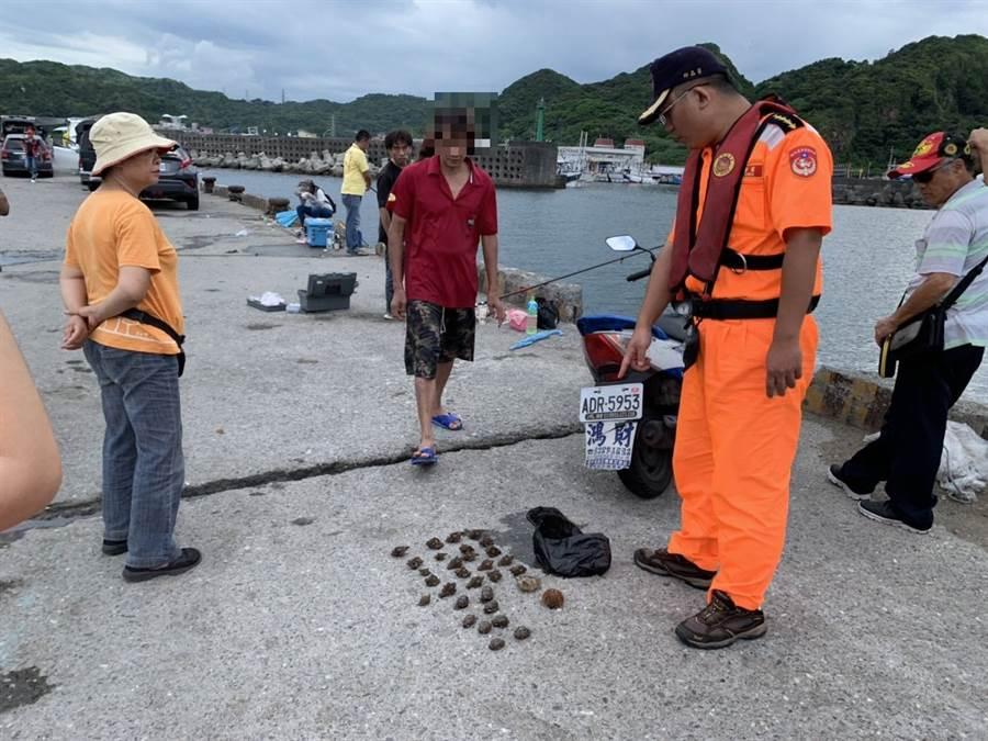 黃姓男子在深澳漁港內捕撈海膽,被海巡人員當場查獲。〈戴志揚翻攝〉