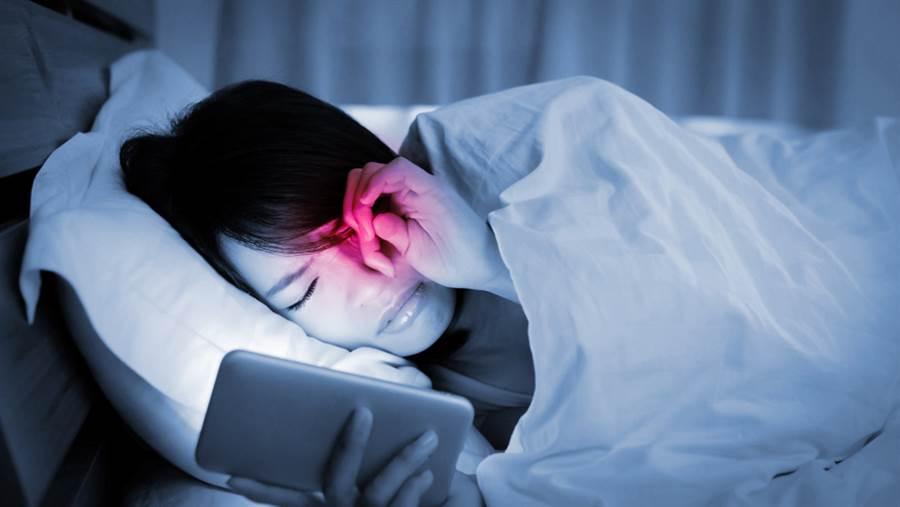 白內障患者晚間會變得畏光。(達志影像)