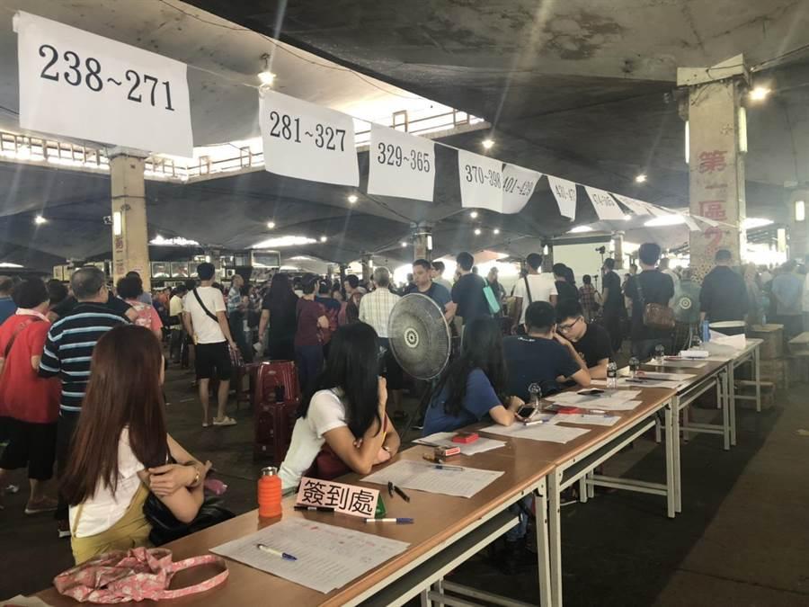 環南市場今上午二度舉行中繼市場攤位抽籤。(吳堂靖攝)