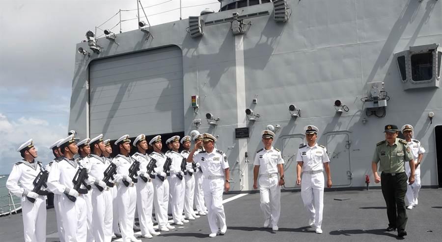 《華爾街日報》披露,中國大陸與柬埔寨已經簽訂密約,北京當局將能部分使用柬國位在暹羅灣的雲壤海軍基地,美官員擔憂,此舉恐威脅美國及其盟友在南海的利益,同時也可能阻礙美軍馳援台灣。圖為2017年9月大陸海軍抵達柬埔寨西哈努克港展開友好訪問、柬國海軍舉行隆重歡迎儀式的資料照。(圖/中新社)