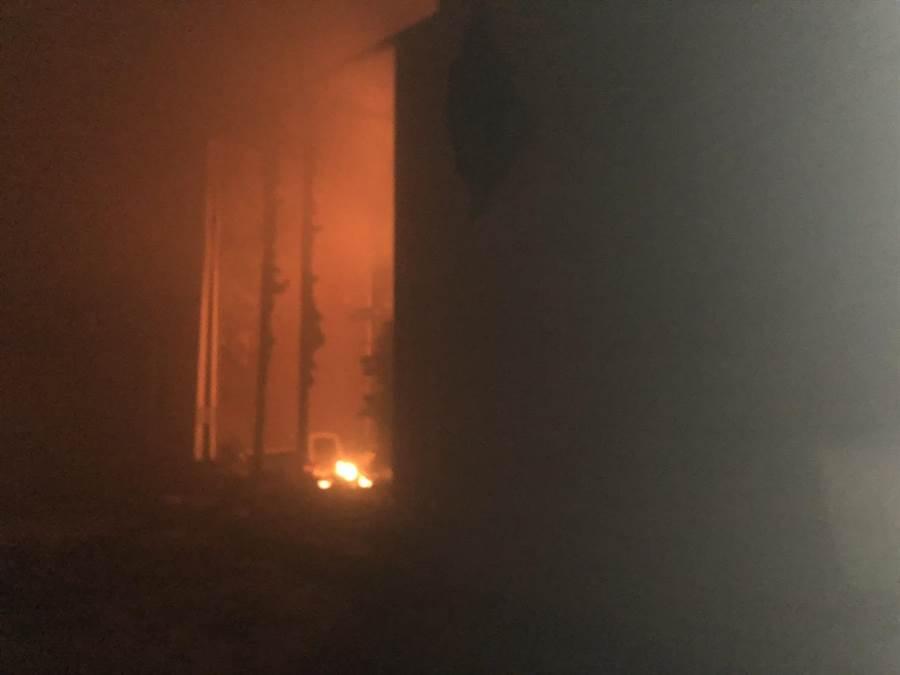 國立東華大學人社二館2樓女廁,午前冒出濃煙,竄出火舌。(許家寧翻攝)