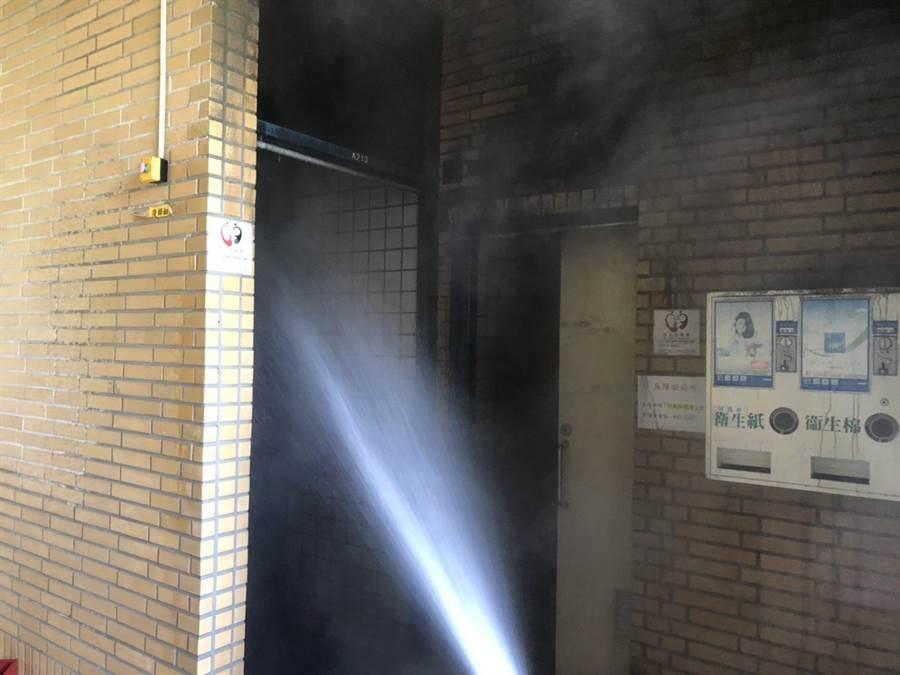 花蓮警消迅速將火勢撲滅,目前正排煙中。(許家寧翻攝)