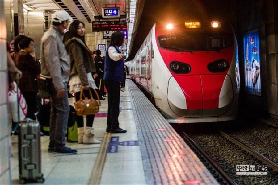 圖為台鐵進站月台。(資料照/郭吉銓攝)