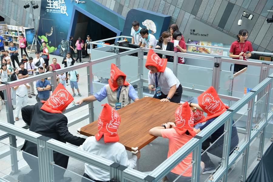 「震守家園 民生公共物聯網」主題展,讓民眾體會921大地震的天搖地動感覺。(國研院提供)