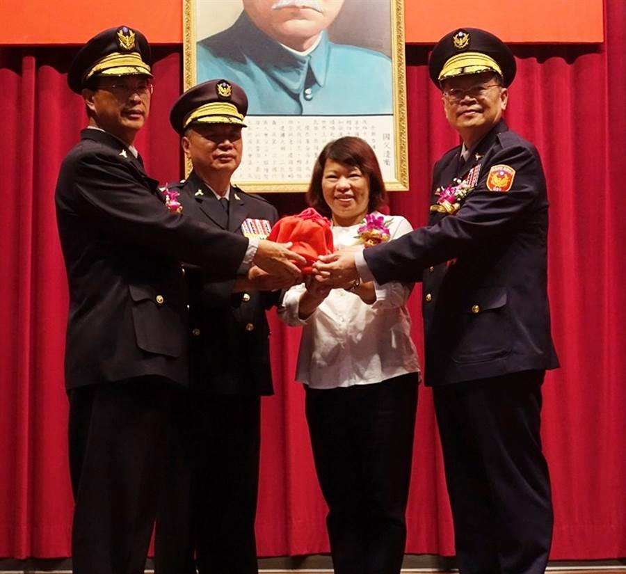嘉義市警局長林水順(左ㄧ)陞任航空警局長,由張樹德(右ㄧ)接任嘉義市警局長。(張亦惠攝)