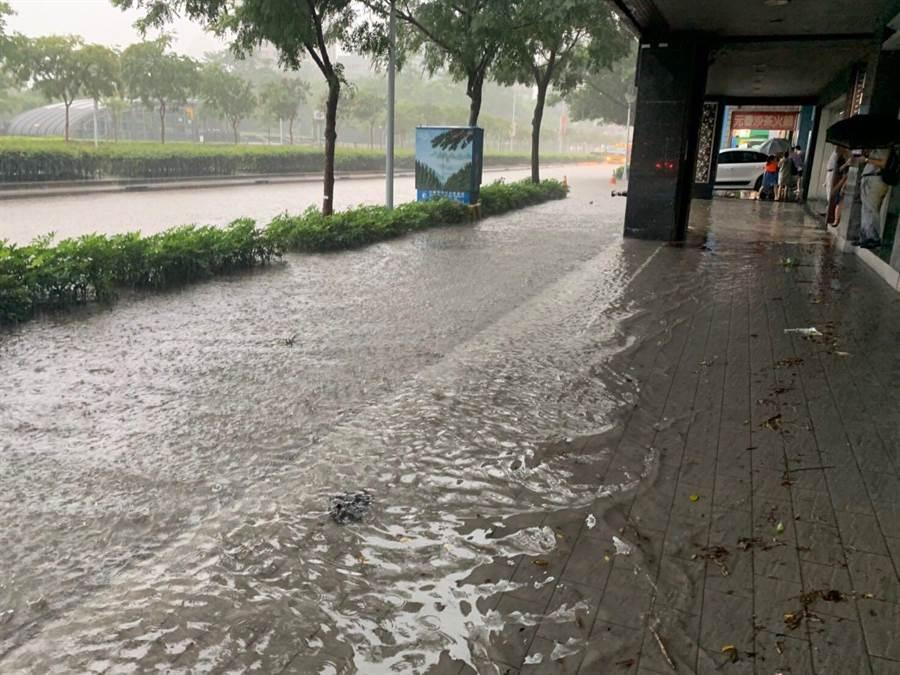 台北市22日多處嚴重積、淹水,其中大安森林公園、台北市小巨蛋傳出一度淹到半個輪胎高,連人行道也被淹沒。(李依璇翻攝)