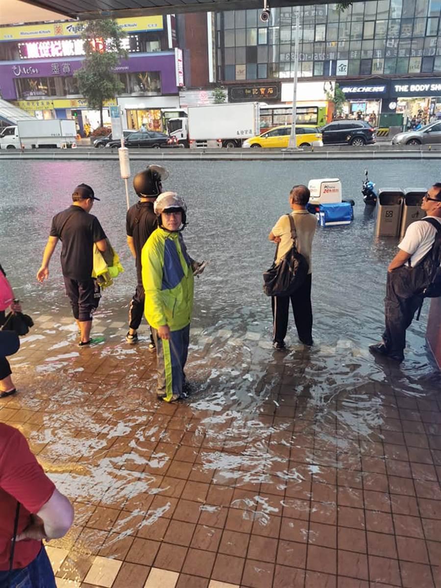 台北市忠孝東路4段附近出現淹水。(翻攝自臉書)