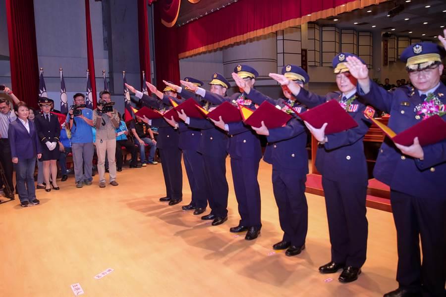 台中市警察局22日舉行新卸任分局長及大隊長聯合交接典禮,各級民意代表及各界人士與會到場觀禮,交接儀式簡單隆重。(張妍溱攝)
