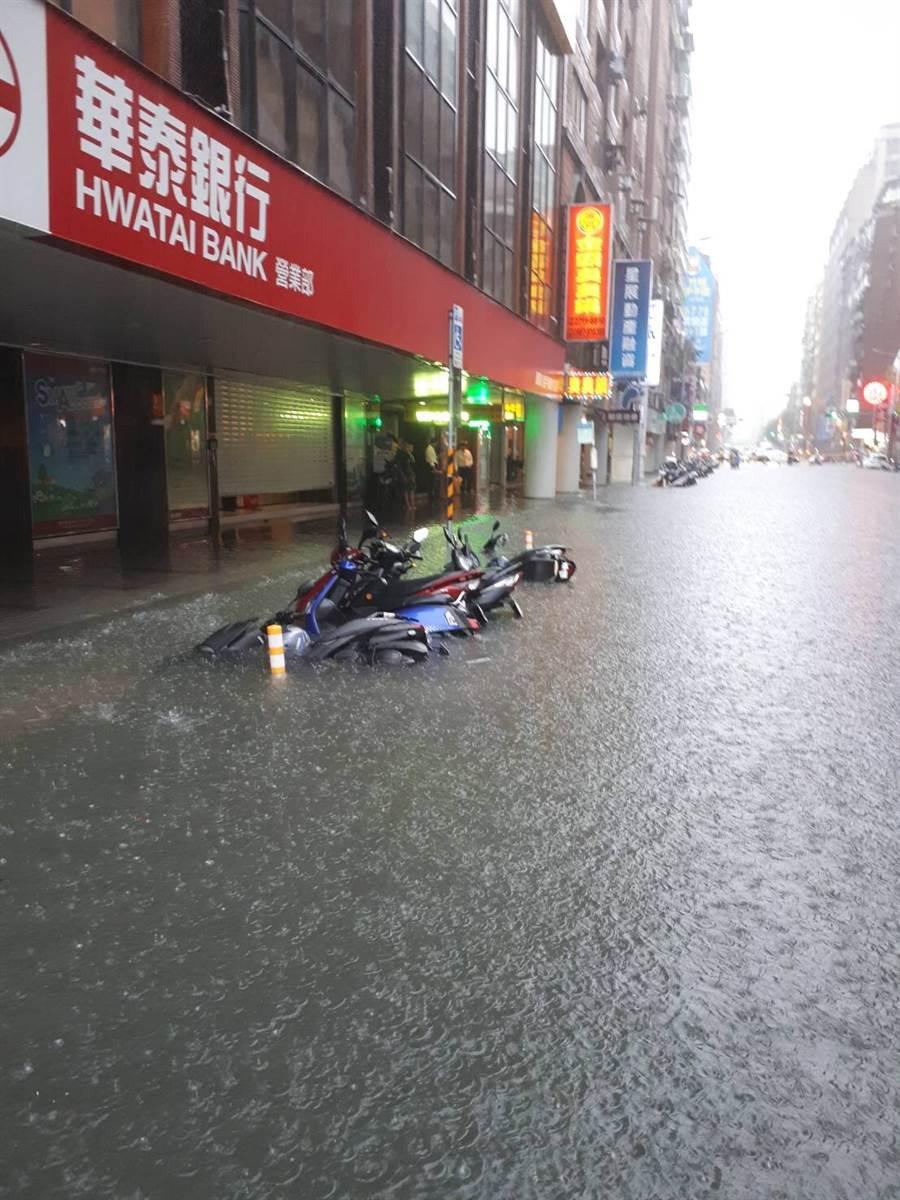 長安東路二段積淹水情況。(讀者提供)