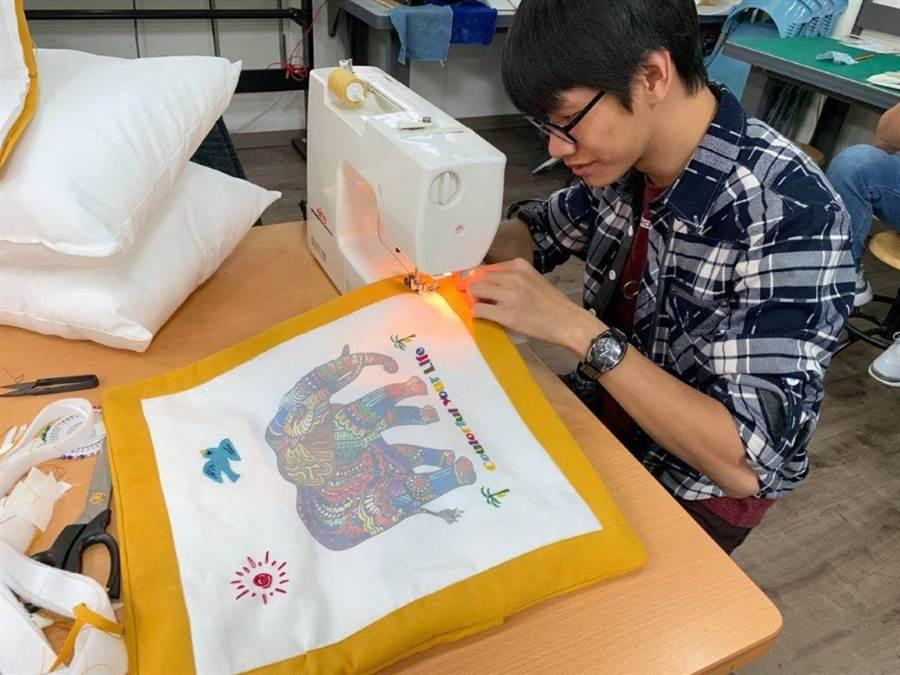 勞動力發展署中彰投分署青年職涯發展中心推出「布簡單」創客技能工作坊,將數位熱昇華轉印機,與傳統刺繡縫紉跨界混搭,還有很多男學員有興趣。(盧金足攝)