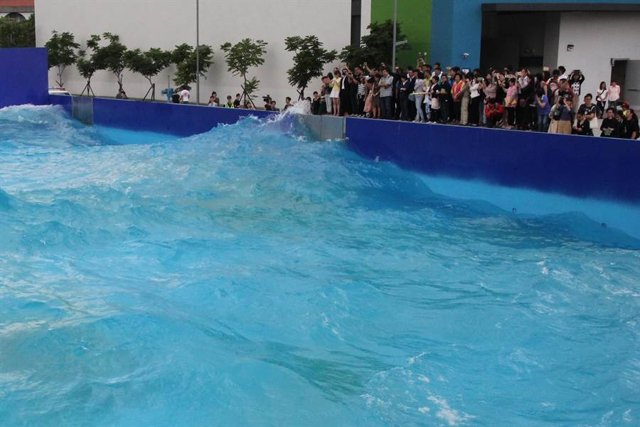 中台灣影視基地重設李安當年拍攝《少年Pi》造浪池,展現巨浪威力。(陳淑芬攝)