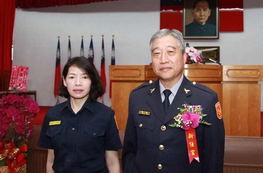 苗栗縣警局長新任局長翁群能(右)及副局長邱麗宜(左)22日就任。(何冠嫻攝)