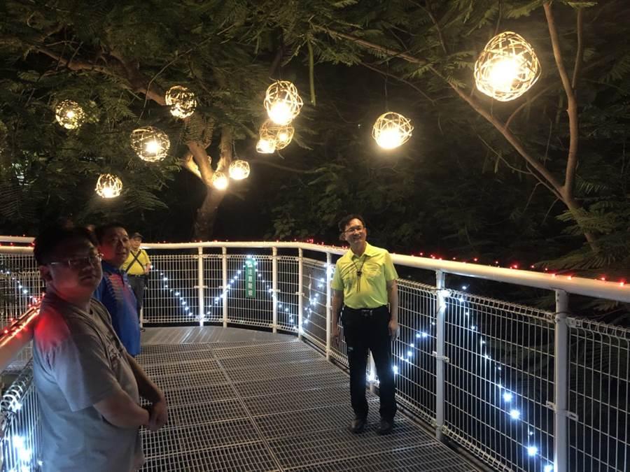 彰化市長林世賢努力將八卦山天空步道打造成愛情產業鏈的幸福鵲橋,對於夜間亮燈之後的效果十分滿意,歡迎所有市民、各地鄉親近日利用晴朗的夏天夜晚上來走一走,感受一下。(謝瓊雲攝)