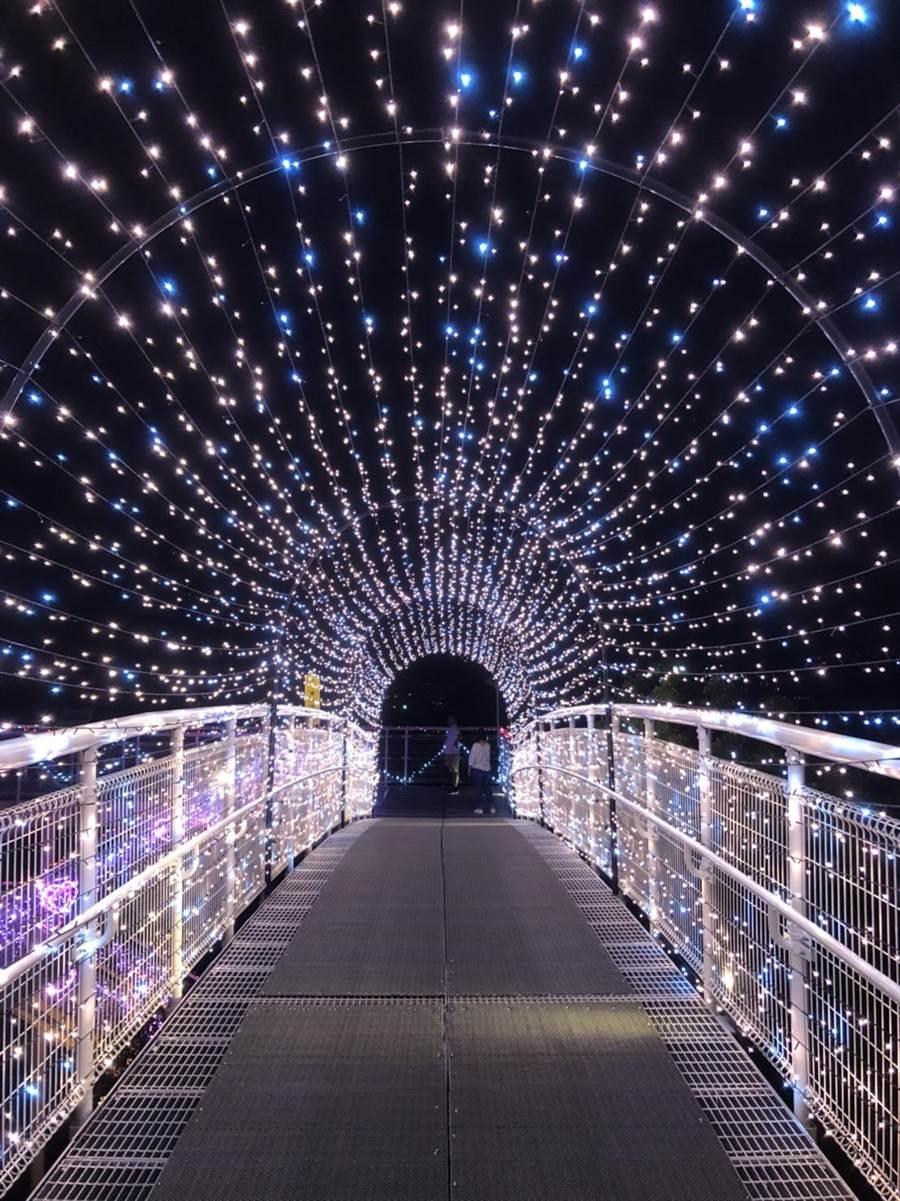 夜間的八卦山天空步道加上浪漫燈飾,讓人提前感受七夕情人節氛圍。(謝瓊雲翻攝)