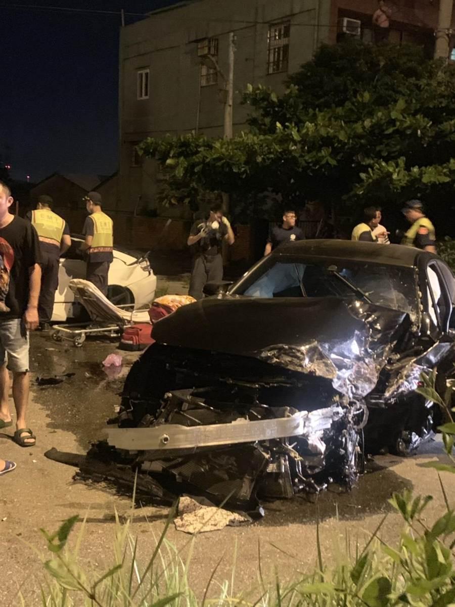 彰化伸港福安宮正前方的濱二路,深夜常有飆車競速,21日凌晨兩部BMW發生嚴重擦撞,強力撞擊下兩車幾乎成為廢鐵。(謝瓊雲翻攝)