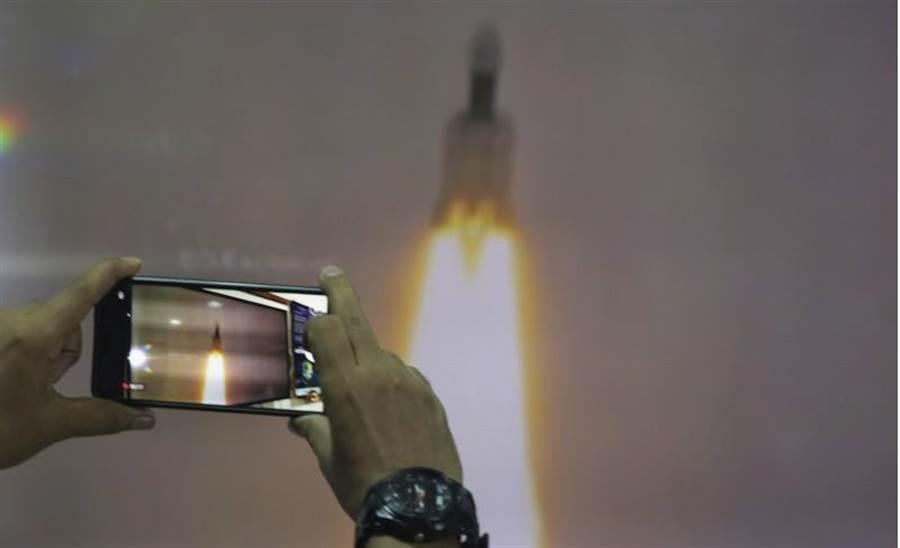 今年7月發射的印度月船2號,於9月7日登陸月球時與控制中心失聯。(美聯社)
