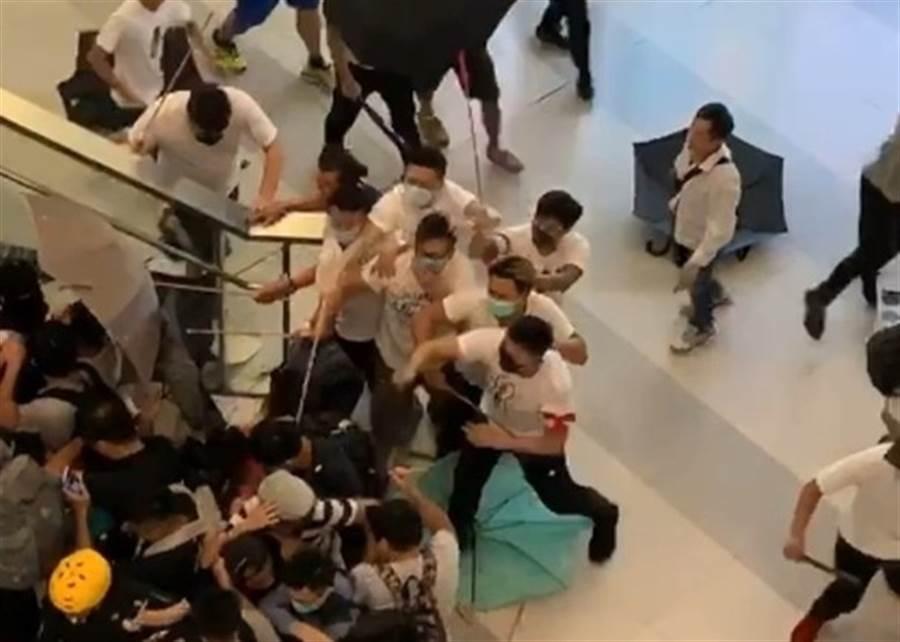 在香港地鐵元朗站持棍棒、戴口罩毆打「反送中」抗議群眾的白衣人。(圖/東網)