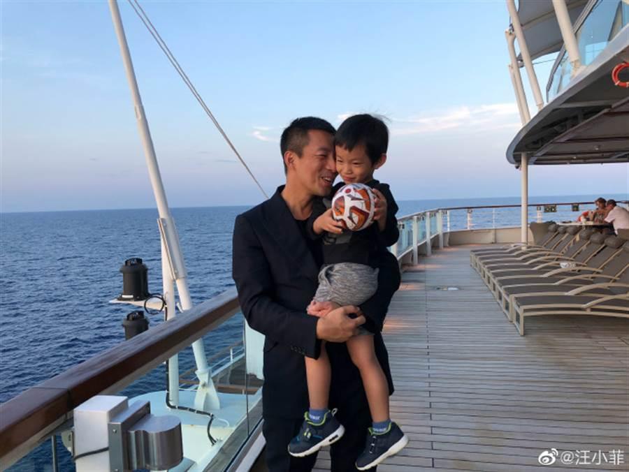 汪小菲難得曝光父子合照。(圖/翻攝自微博)