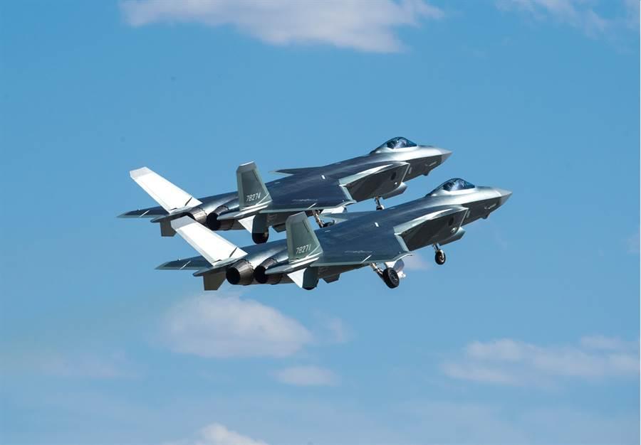 中共的殲-20通常採取一般的雙機編隊飛行,只有極少的情況會採取4機或5機編隊。(圖/新華社)