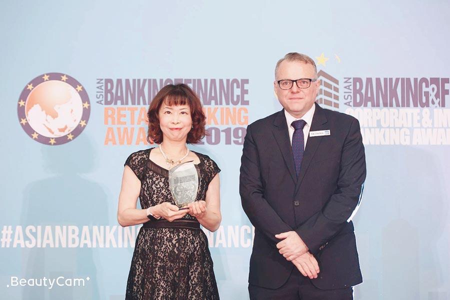 元大證券獲得《Asia Banking & Finance》台灣最佳企業與投資銀行獎項,由元大證券投資銀行部副總林佩宸(左)代表接受殊榮。圖/元大證券提供