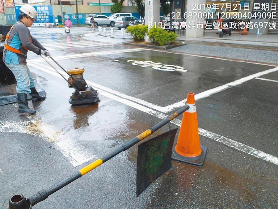 719強降雨後,養工處人員緊急修補高雄市區52處舊道路的坑洞,新鋪設路面則全數完好。(高市府工務局提供)