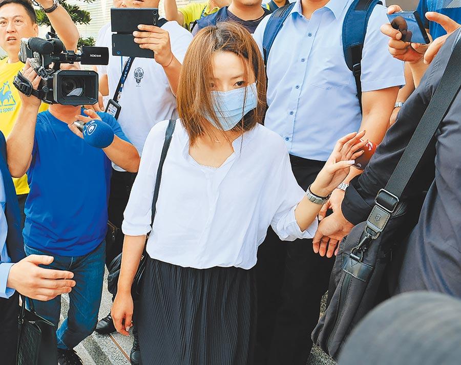 因揚言為反罷工機師「加料」,遭長榮航空免職的郭芷嫣(中)。(中央社)