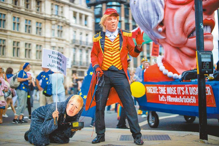英國民眾20日走上街頭反對脫歐,有人打扮成川普與強生的模樣,高喊「對強生說不,對歐盟說好」的口號。(法新社)