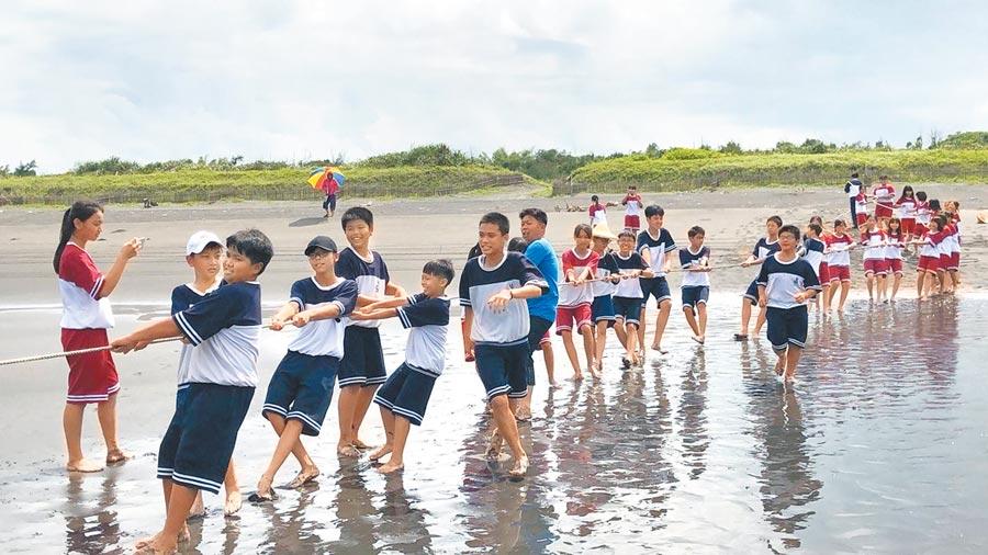 後埤社區努力推廣「牽罟」傳統捕魚技藝的傳承,吸引了許多學生、民眾前往體驗。(張永德提供)