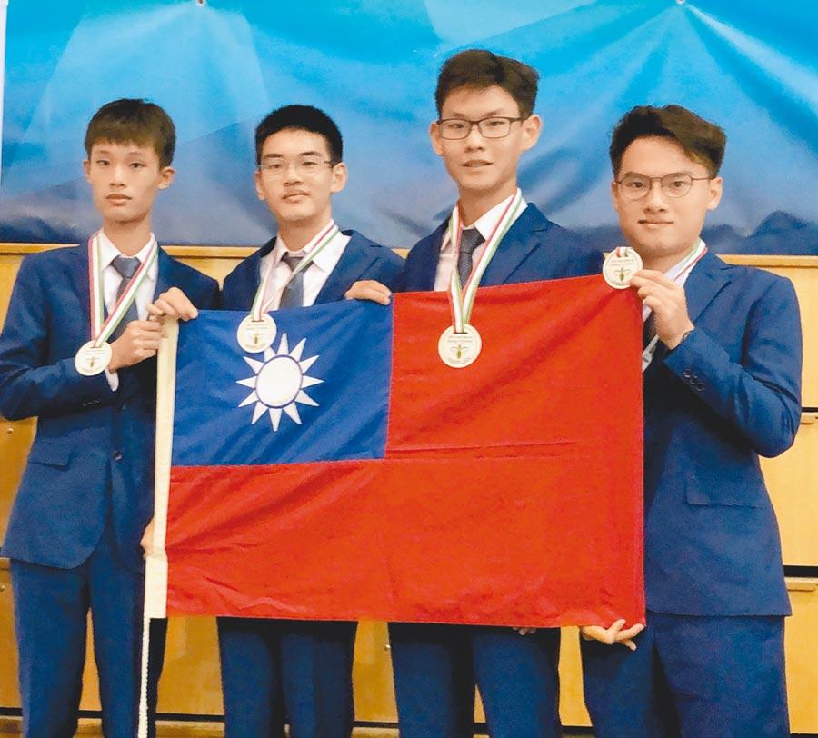 參加2019年國際生物奧林匹亞競賽得到3金1銀,4名選手左起朱奕帆、曾治蓁、李祥宇、邱楷納。(教育部提供)