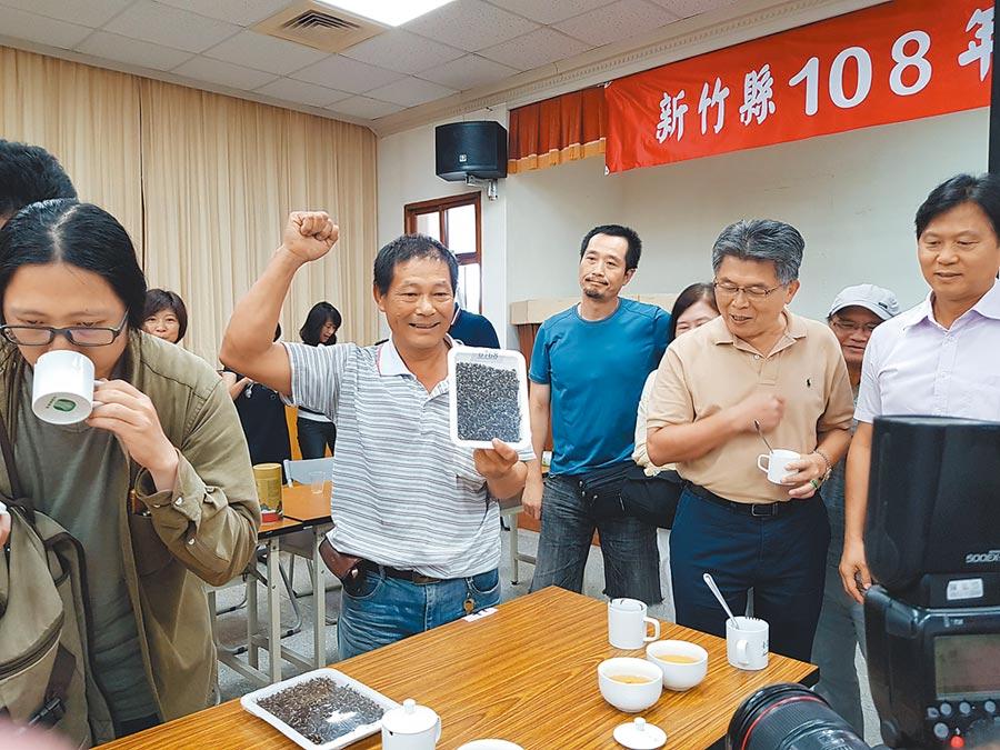 新竹縣東方美人茶優良茶比賽21日結束,由茶農楊瑞隆(左二)4度獲得特等獎。(莊旻靜攝)
