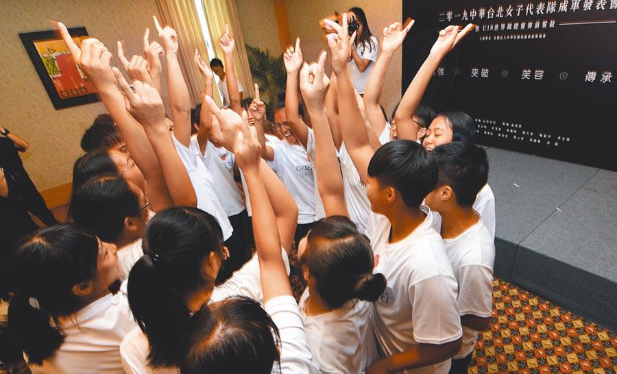 中華台北女子袋棍球隊即將出征加拿大打世界盃,選手們在出發前士氣高昂。(莊哲權攝)