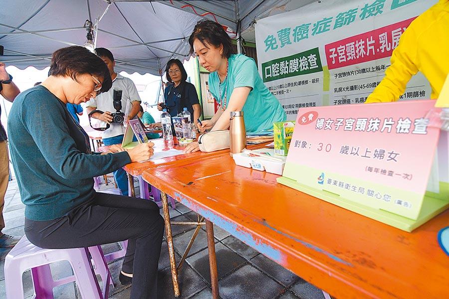 台東縣長饒慶鈴21日到住家附近移動式癌症篩檢據點做免費檢查,並提醒鄉親為自己的健康把關。(莊哲權攝)