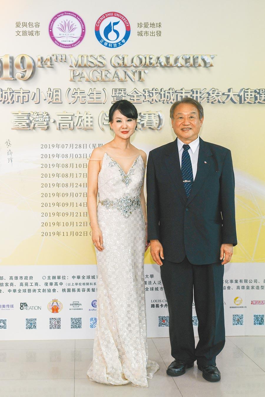 張如君(左)與正修科大校長龔瑞璋共同舉辦今年的選美比賽。
