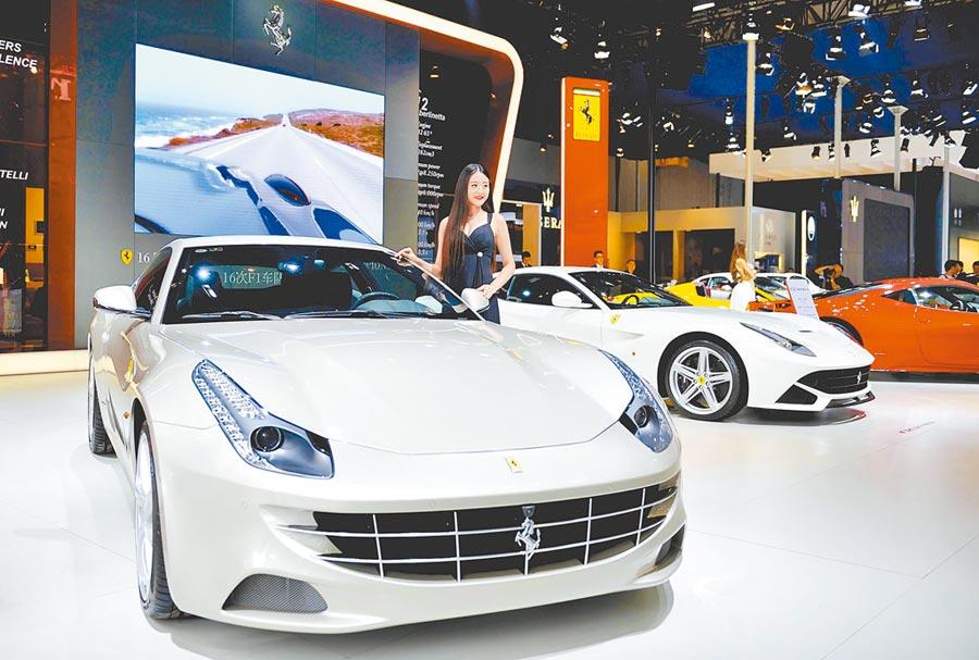 大陸近半車企上半年產銷 齊下滑,面臨衰退壓力。圖為成都國際汽車展覽會。(中新社資料照片)