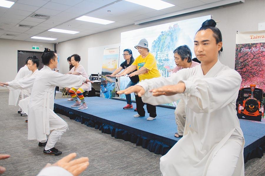 武當山弟子在兩岸旅遊產品說明會中,教授武當太極拳的起手式。(記者李鋅銅攝)
