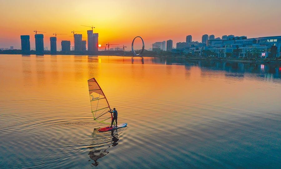 市民在山東榮成櫻花湖體育公園玩帆板。(新華社)
